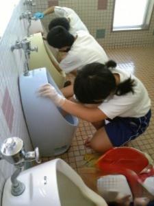 日本人为何能把厕所打扫得干干净净
