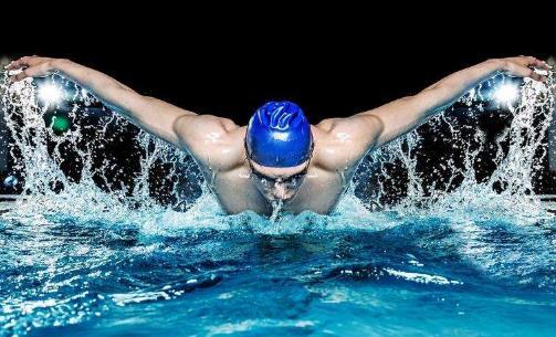 游泳时抽筋的自救方法